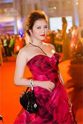 Lý Nhã Kỳ và chiếc váy cúp ngực cầu kỳ có giá 400 triệu đồng.