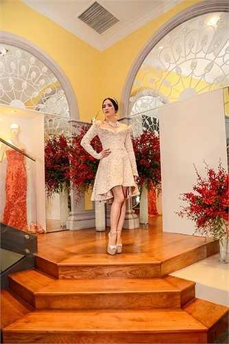 Một bộ đồ khác có giá 120,000 usd đến 140,000 USD (khoảng 2,5 đến gần 3 tỉ đồng).
