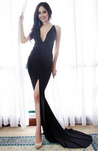 Hoa hậu họ Mai khiến nhiều người ngưỡng mộ vì váy áo hở trên xẻ dưới.