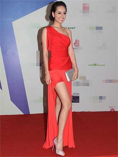 Sở hữu chiều cao khủng và đôi chân thon dài, Hoa hậu Việt Nam 2006 rạng rỡ và tỏa sáng khi diện những chiếc đầm dạ hội xẻ cao, hút mắt.