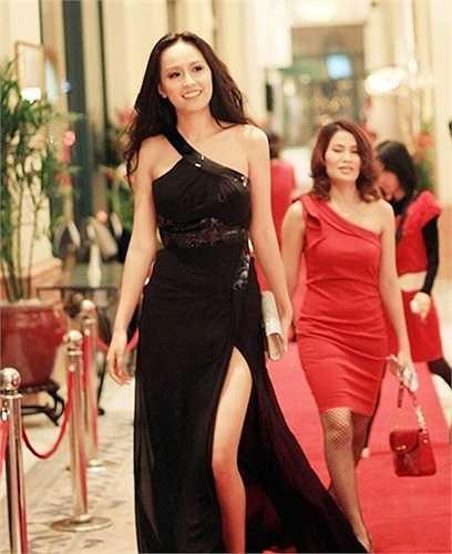 Váy xẻ tà tối màu là trang phục yêu thích của Hoa hậu Việt Nam 2006 trong nhiều sự kiện để mang lại vẻ sang trọng.