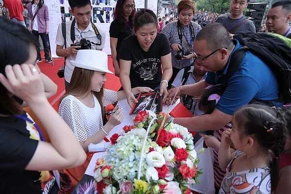 Trước đó, Mỹ Tâm đã dành cả buổi chiều để ký tặng đĩa DVD cho fan.