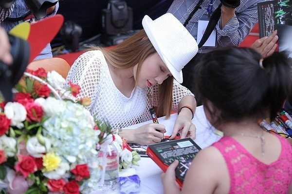 Rất nhiều fan nhí đã tới bày tỏ sự yêu mến với Họa mi tóc nâu