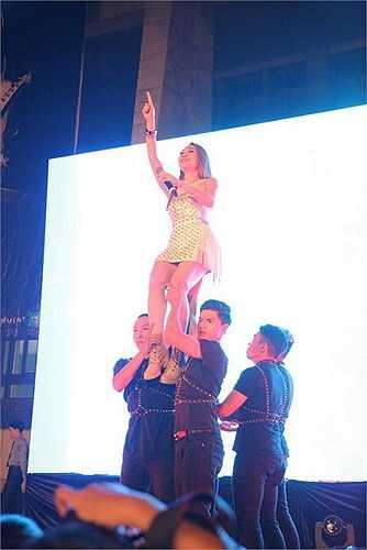 Một khoảnh khắc Mỹ Tâm được bế bổng trên sân khấu.