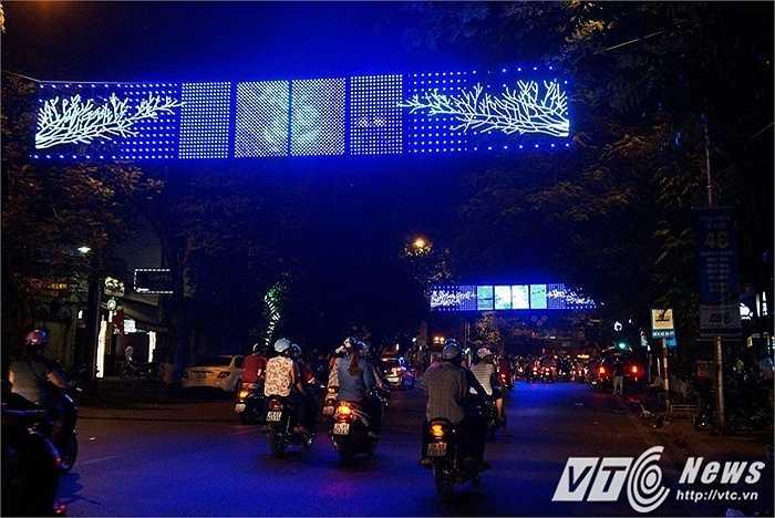 Tuyến phố Bà Triệu nổi bật trong sắc xanh sặc sỡ với những dãy đèn nhấp nháy tạo hoa văn sáng xanh.