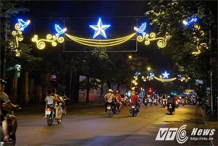 Biểu tượng chim bồ câu - hòa bình và ngôi sao 5 cánh - đất nước Việt Nam chạy dọc theo tuyến đường Phố Huế - Hàng Bài.