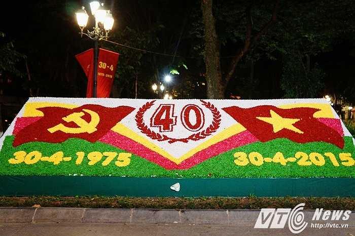 Đối diện ngay đó là bức tranh hoa chào mừng 40 năm ngày giải phóng miền Nam, thống nhất đất nước nằm tại vườn hoa Lý Thái Tổ.