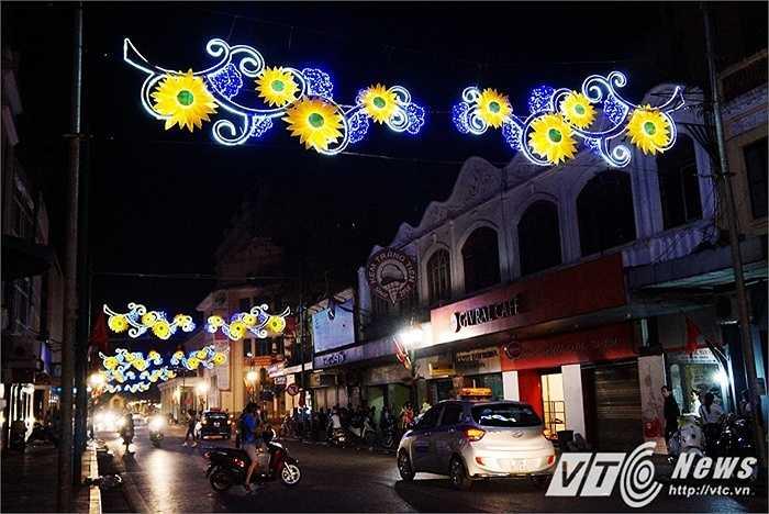 Những dải đèn trên tuyến phố Tràng Tiền.