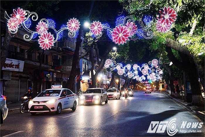 Tiếp đó là phố Hàng Khay như sáng bừng lên trong sắc màu của đèn hoa. Chạy thẳng một mạch Tràng Tiền - Hàng Khay - Tràng Thi, nhiều người sẽ không khỏi mê mẩn vì vẻ đẹp của những chùm đèn chạy dọc theo suốt tuyến đường này.