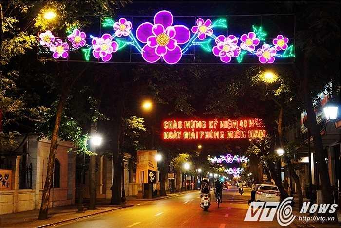 Tràng Thi được xem là một trong những tuyến phố trọng điểm của Hà Nội được kết khá nhiều đèn hoa và có cả biểu ngữ.