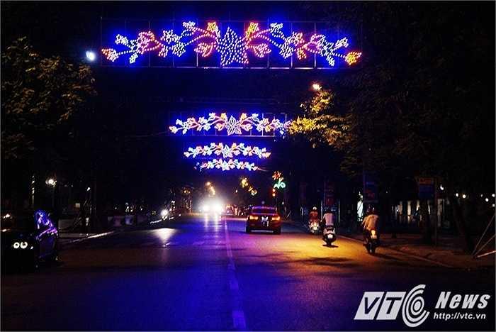 Tuyến phố Điện Biên Phủ, tuyến đường ra Lăng Bác cũng sặc sỡ không kém khi đèn đổi màu liên tục và rất nhiều người tìm đến khu vực này để chụp ảnh.