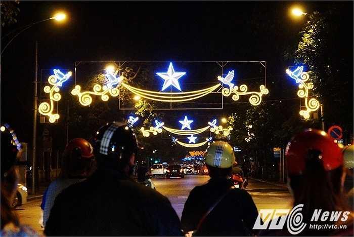 Người dân Hà Nội những ngày này cũng được mãn nhãn bởi sắc đèn hoa rực rỡ trên khắp các con đường mỗi khi thành phố lên đèn. (Huyền Trân/thực hiện)
