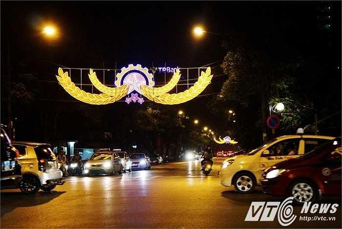 Chùm đèn mang biểu tượng của Đảng Cộng sản Việt Nam trên đường Lý Thường Kiệt có kích thước lớn và màu sắc nổi bật khiến ai đi qua cũng phải ngắm nhìn.