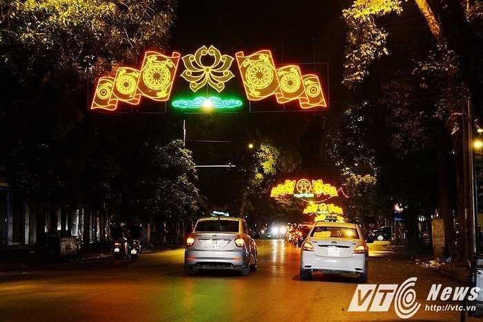 Những chùm đèn sặc sỡ trải dài theo suốt tuyến đường Hai Bà Trưng.