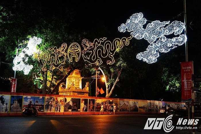 Biểu tượng tượng trưng cho Thăng Long ngàn năm văn hiến trên đầu phố Đinh Tiên Hoàng, nơi cũng đang được quây phông bạt để chuẩn bị cho màn bắn pháo hoa tối 30/4 tới.