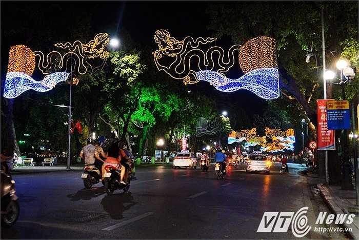 Vẻ đẹp rực rỡ của con phố Đinh Tiên Hoàng bên Hồ Hoàn Kiếm.