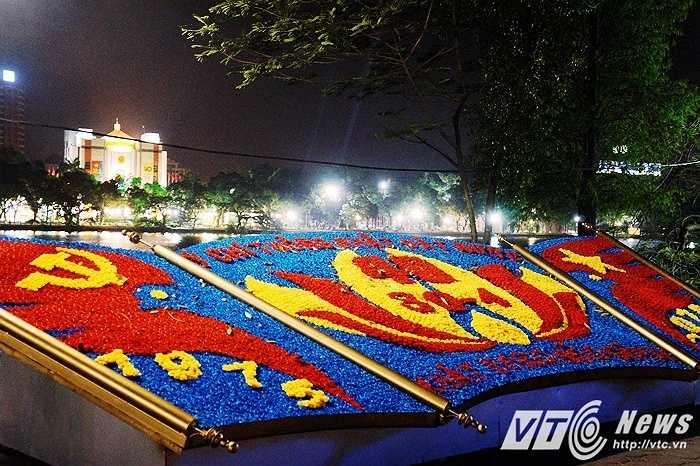 Bức tranh được 'vẽ' bằng hoa với dòng chữ 'Ý chí thống nhất đất nước - Khát vọng hòa bình' nằm bên hồ Gươm.