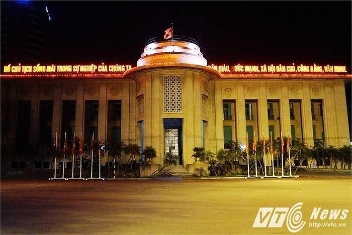 Trụ sở Ngân hàng Nhà nước Việt Nam cũng được trang trí đèn màu phía trên.