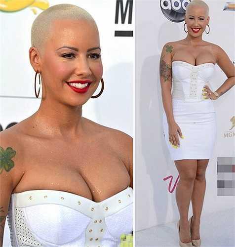 Lẽ ra, siêu mẫu Amber Rose nên điều tiết việc khoe vòng một và chọn những chiếc váy hở tinh tế hơn.