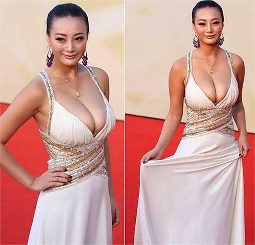 Bộ ngực của Vương Lý Đan Ni 'quá khổ' so với chiếc váy.