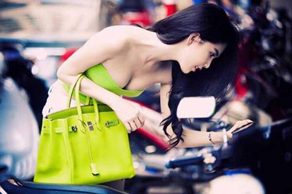 Ngọc Trinh giàu có nhờ được bạn trai giúp đỡ về mặt tài chính, tự kinh doanh mỹ phẩm, thời trang...nên người đẹp đủ sức sắm cho mình những chiếc túi thời thượng nhất.