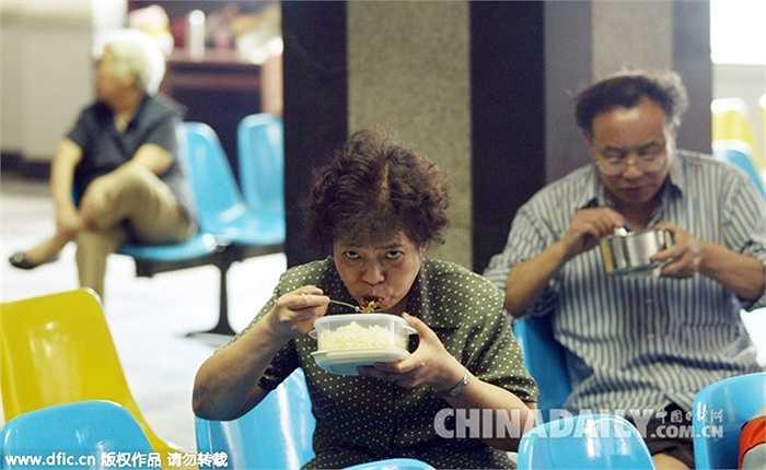Thị trường chứng khoán ở Trung Quốc từng cuốn hút biết bao nhiêu người, từ người trẻ đến người già, từ nam giới đến nữ giới cùng ăn, ngủ ở sàn chứng khoán