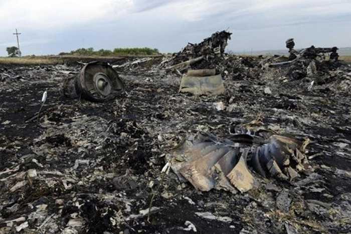 Trước đó, ngày 17/7/2014, chiếc máy bay Boeing 777 mang số hiệu MH17 của hãng hàng không Malaysia Airlines đã bị trúng tên lửa, nổ tung trên bầu trời và khiến toàn bộ 298 hành khách cùng phi hành đoàn trên chuyến bay tử nạn. Chiếc máy bay xấu số bị bắn rơi tại khu vực miền Đông Ukraine.