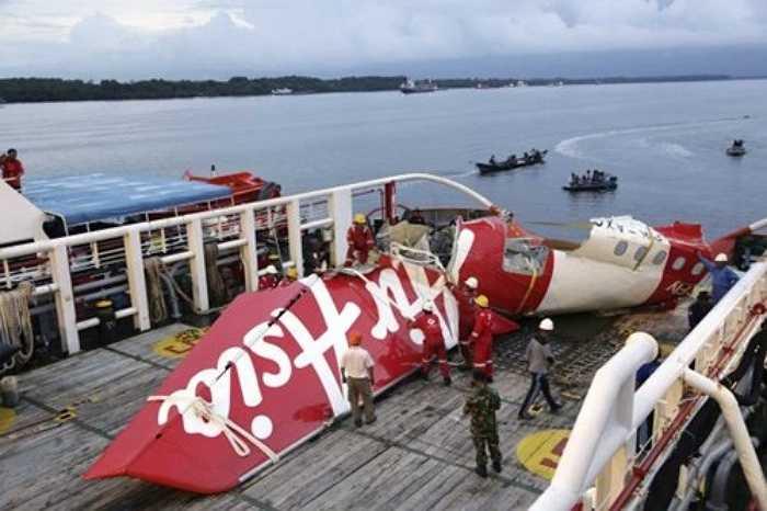 Ngày 28/12/2014, chuyến bay số hiệu QZ8501 của hãng hàng không AirAsia đã rơi xuống biển Java khi đang trên đường bay Surabaya, Indonesia tới Singapore trong điều kiện thời tiết xấu. Tai nạn hàng không nghiêm trọng này đã khiến toàn bộ 162 người trên chuyến bay thiệt mạng. Ảnh: Mảnh vỡ phần đuôi máy bay QZ8501 được trục vớt.