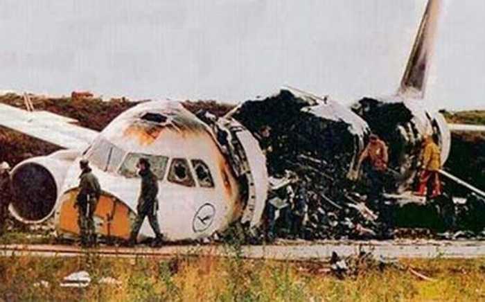 Ngày 14/9/1993, chiếc A320-200 số hiệu 2904 của hãng hàng không Lufthansa đã tiếp đất chệch khỏi đường băng khi hạ cánh ở sân bay Warsaw, Ba Lan rồi lao vào một bức tượng đất ở cuối đường băng. Vụ tai nạn khiến khiến 2 người chết và 52 người bị thương. Nguyên nhân là do gió xuôi chiều thổi quá mạnh.