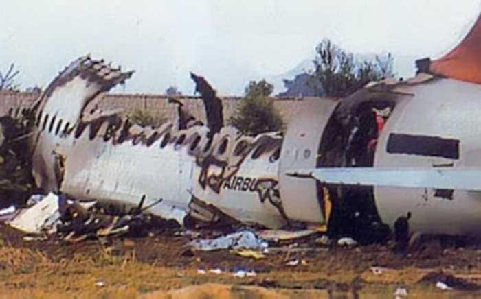 Tháng 2/1990: Máy bay của hãng hàng không Indian Airlines (Ấn Độ) gặp tai nạn khi đang hạ cánh tại Bangalore, Nam Ấn Độ. 92 người thiệt mạng trong vụ tai nạn này.
