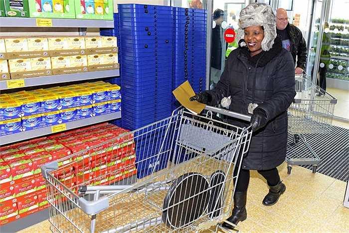Những khách hàng đầu tiên đến mua hàng. Được biết, nhân dịp khai trương, chuỗi cửa hàng Aldi cũng tặng tiền, quà cho các hoạt động phúc lợi xã hội