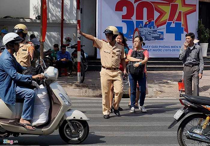 Cảnh sát ưu tiên và dẫn dắt người đi bộ qua đường để đảm bảo an toàn.