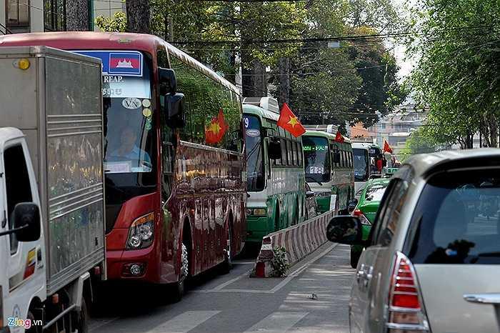 Đường Cống Quỳnh (quận 1), xe buýt xếp hàng dài đoạn gần cửa Bệnh viện Từ Dũ.