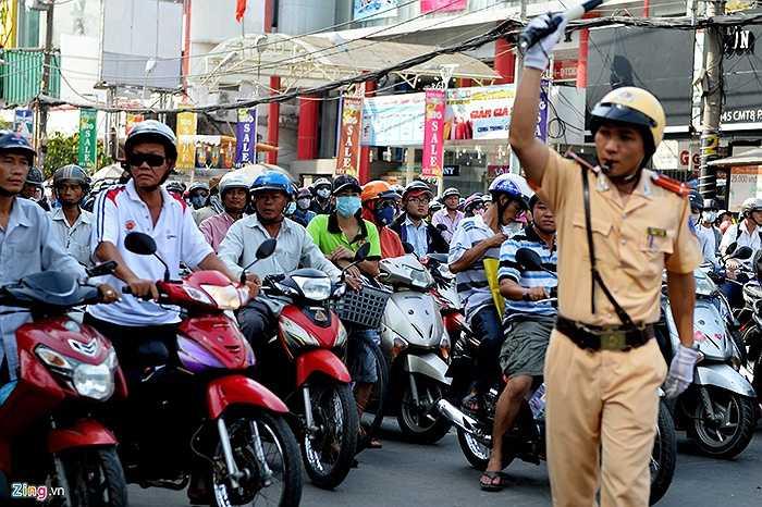 Cảnh sát giao thông vất vả điều khiển tại ngã tư Cách Mạng Tháng 8 - Nguyễn Đình Chiểu.