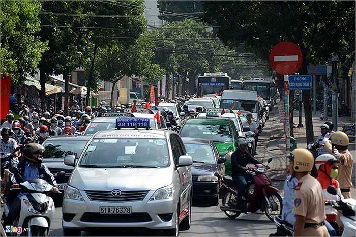 Các tuyến đường song song với Nguyễn Thị Minh Khai (gần Dinh Thống Nhất) bị cấm xe hầu hết bị ùn tắc.
