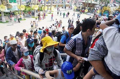 Hàng nghìn người đổ về các khu vui chơi, giải trí, công viên tại TP.HCM nhân dịp nghỉ lễ khiến giao thông bị ùn ứ, các khu vui chơi đông nghịt người chen chúc nhau