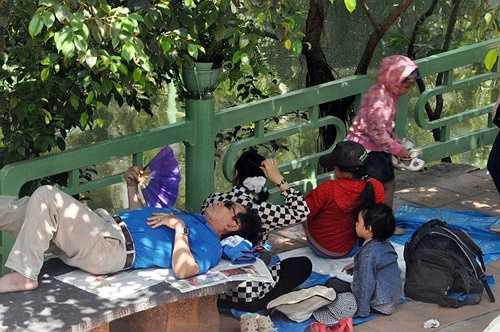 Nhiều người lớn mệt mỏi nằm ngủ vật vả trong ngày nghỉ lễ.