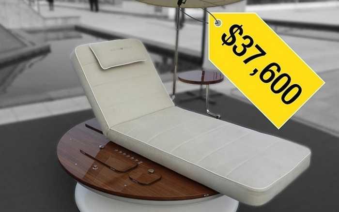 1. Ghế tắm nắng xa xỉ    Sản phẩm ghế tắm nắng cao cấp này đến từ nhãn hiệu Remmus của Phần Lan. Chiếc ghế  tự xoay theo chuyển động của mặt trời, để người tắm nắng không phải bận tâm tới việc thay đổi vị trí. Ghế sử dụng pin và được trang bị hệ thống loa Bose, máy làm lạnh đồ uống và bộ phận sạc smartphone. Hãng Remmus gọi chiếc ghế này là 'cuộc cách mạng của thú vui tắm nắng'. Chiếc ghế được trưng bày tại triển lãm xe xa xỉ Tap Marques ở Monaco hồi giữa tháng 4.
