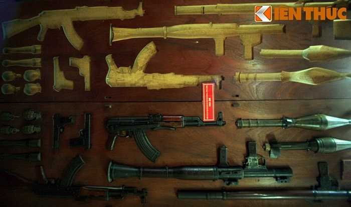 Bộ ván gồm 2 tấm, khi gập lại vũ khí được giấu ở giữa, các chiến sĩ biệt động đã sử dụng để chuyển vũ khí về Sài Gòn. Hiện vật được trưng bày tại di tích hầm vũ khí bí mật ở 287/70 đường Nguyễn Đình Chiểu, TP HCM.