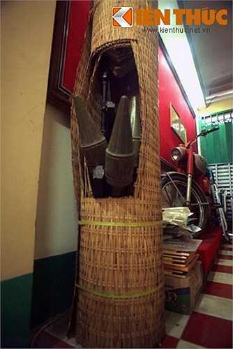 Súng AK và B40 được giấu trong cà tăng (thứ dùng để đựng lúa, bằng tre đan) để ngụy trang.Giấu vũ khí trong cà tăng. Hình ảnh chụp lại tại di tích hầm vũ khí bí mật ở 287/70 đường Nguyễn Đình Chiểu, TP HCM.