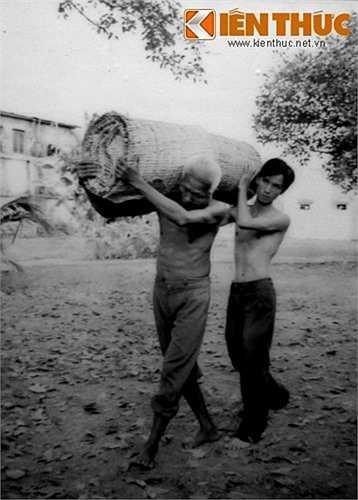 Các chiến sĩ giao liên vận chuyển vũ khí giấu trong cà tăng cho đơn vị bảo đảm chiến đấu tại căn cứ Thái Mỹ - Củ Chi.