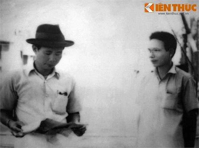 Đồng chí Trần Văn Lai và đống chí Nguyễn Văn Ba trao đổi ám hiệu chuyển giao vũ khí bằng tờ báo chính luận.