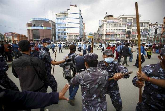 Họ cho rằng, Chính quyền cần đẩy nhanh việc phân phối các khoản viện trợ cho những người có nhu cầu. Và xe viện trợ của chính quyền cần đi đến những vùng bị nạn xa hơn của nước này. Cảnh sát Nepal cố gắng để ngăn chặn người dân trên con đường gần tòa nhà Quốc hội.