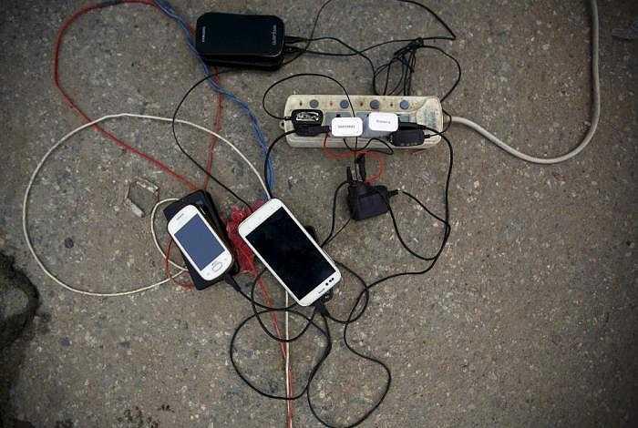 Điện thoại di động được sạc pin nhờ một máy phát điện, hiện điện vẫn bị cắt do động đất.