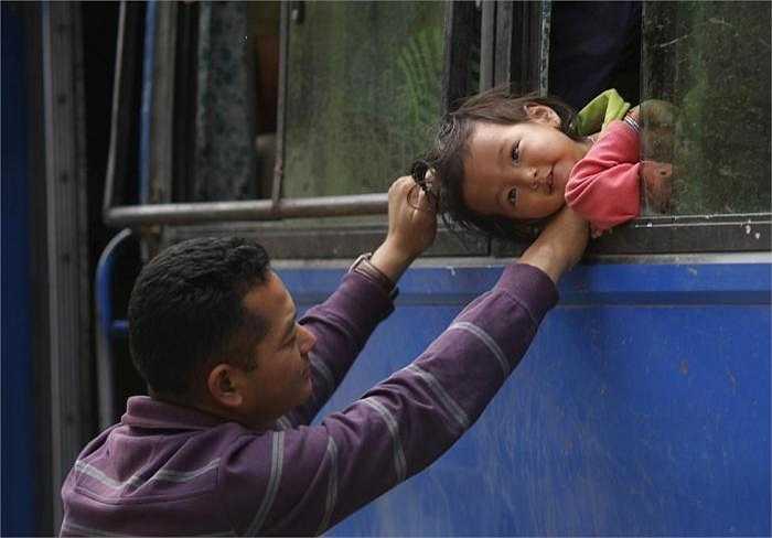 Xe buýt trở thành nhà của người dân Nepal sau thảm họa động đất ngày 26/4.