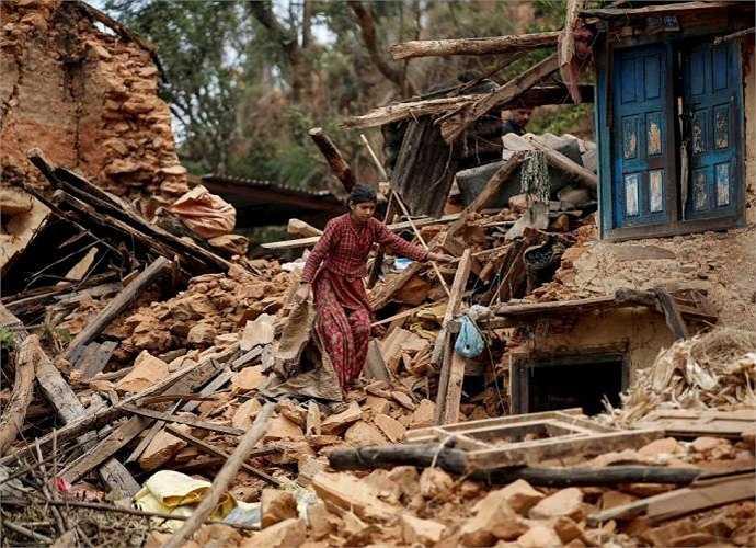 Một người dân đang cố gắng thoát khỏi những mảnh vỡ trong ngôi nhà của mình tại một ngôi làng ở Sindhupalchowk.