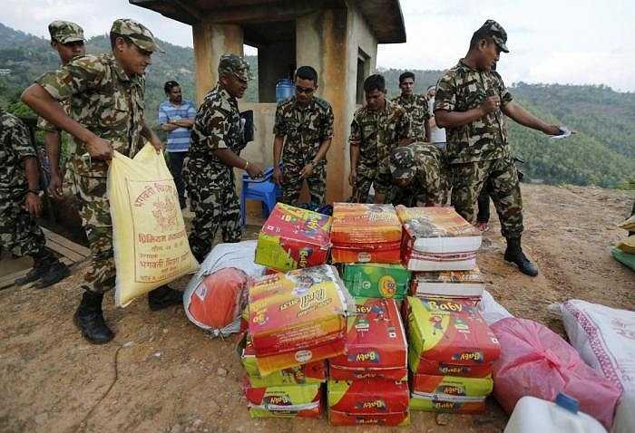 Quân đội Nepal chuẩn bị chuyển hàng lên trực thăng để cứu hộ cho vùng gần tâm chấn ở Gorkha.