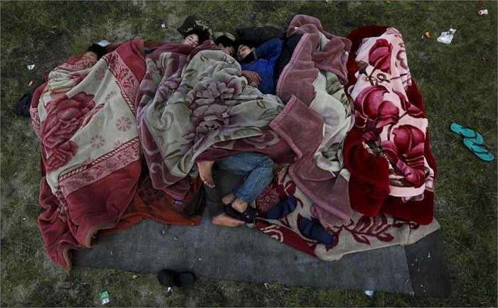 Tại một khu đất trống, nhiều người dân Nepal phải ngủ trong cảnh không có tấm che, không lều bạt.