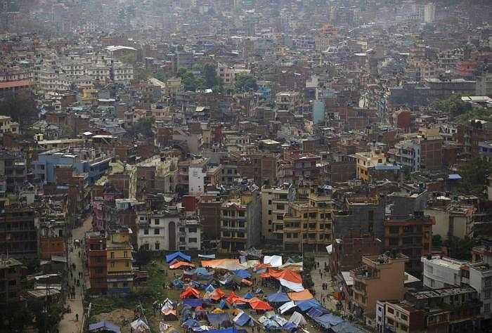 Khu đất trống được tận dụng làm nhà tạm cho người dân ở Nepal.