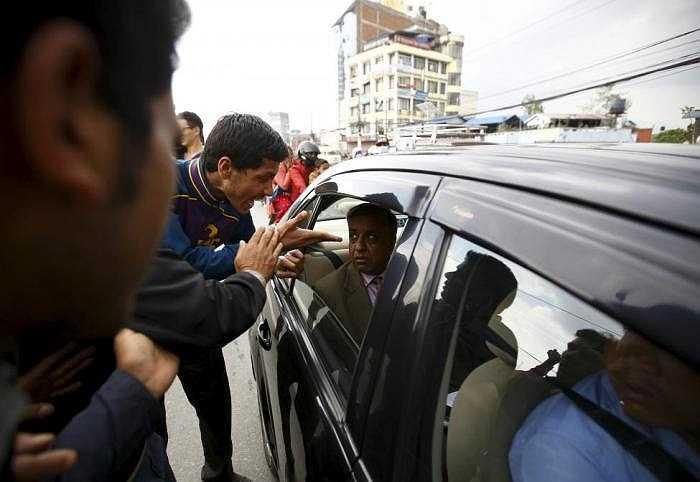 Một người biểu tình la hét vào mặt một quan chức chính phủ trên đường phố Kathmandu hôm nay.